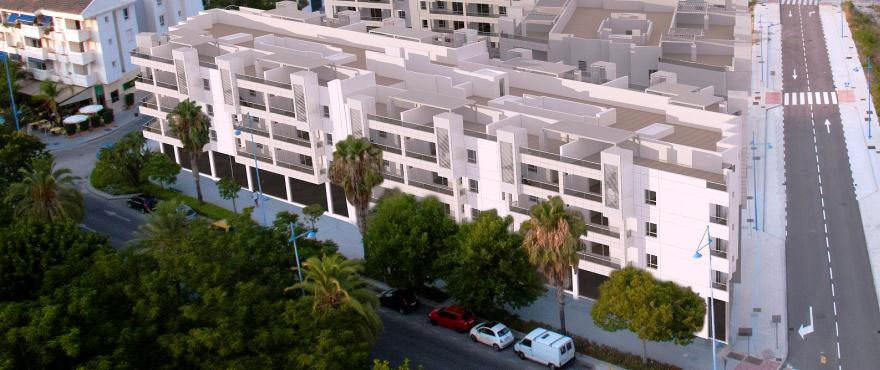 Gevels van de dakappartementen, handelspanden en garages die te koop zijn in Arqueros Beach, Marbella