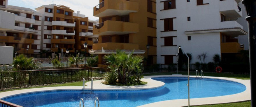 Appartementen in La Recoleta, Punta Prima. Zwembad en buitenkant, La Recoleta, Punta Prima, Torrevieja