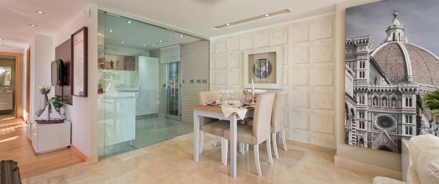 Amplio y luminoso comedor comunicado con la cocina en los apartamentos de Arqueros Beach