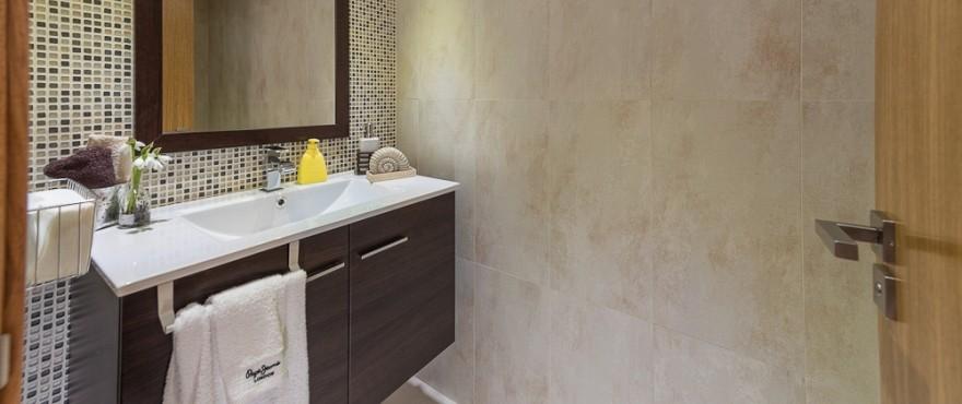 Amplio baño en los apartamentos de Taylor Wimpey España