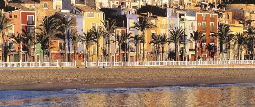 Playa y casas de colores en municipio de Villajoyosa - Vila Joiosa