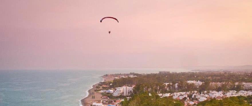 Puesta de sol en la playa San Pedro, cerca de los locales y garajes en venta de Los Arqueros Beach