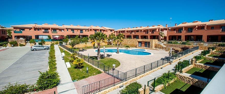 Fastighet till salu utomlands: Nya radhus med 3 sovrum till salu i Alenda-Elche, 15 minuter från Alicants kust och stränder, i mitten av Alenda Golf