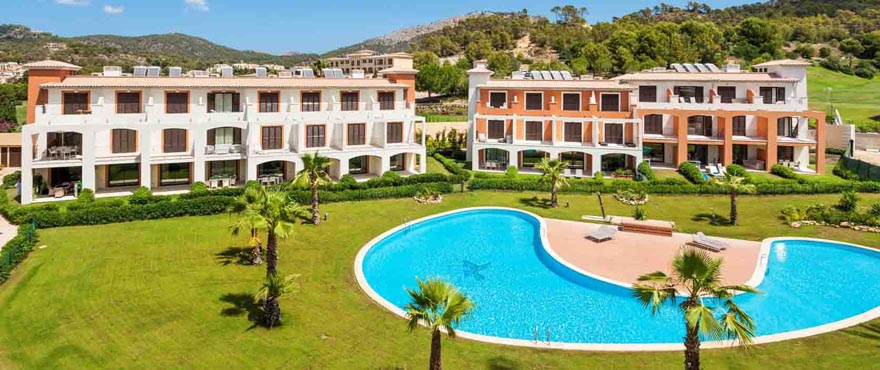 Fasade av rekkehus i Camp de Mar Beach boligkompleks, Andratx, Mallorca