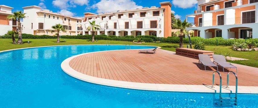 Gemeenschappelijk zwembad en tuin in complex Camp de Mar Beach, Mallorca