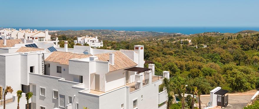 La Floresta Sur Apartments im Verkauf: Weitläufige Terrassen mit Blick auf das Meer, die herrliche Landschaft und den Swimmingpool