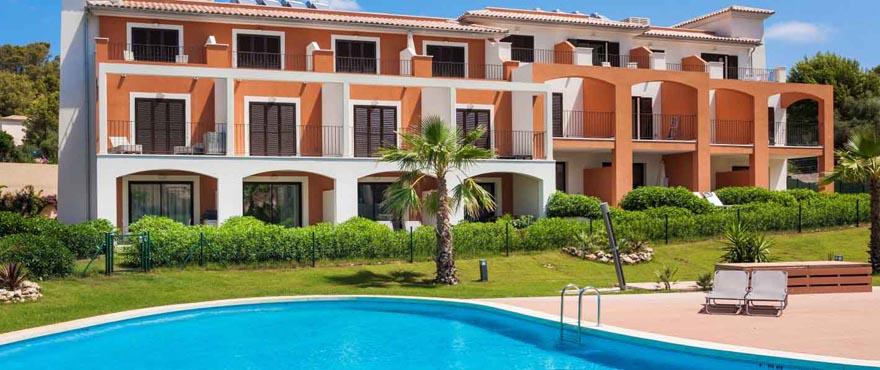 Piscina y zona comunitaria del Complejo Camp de Mar Beach en Mallorca