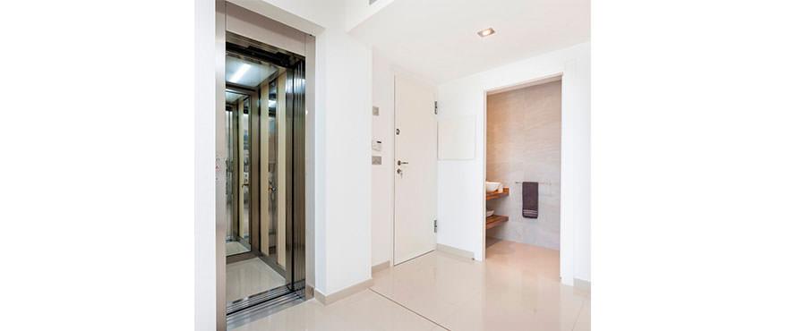 Ascenseur dans le bâtiment de Camp de Mar Beach, Puerto Andratx, Mallorca