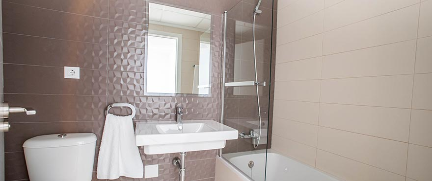 Townhouses in Elche, Alicante: Bathroom with shower