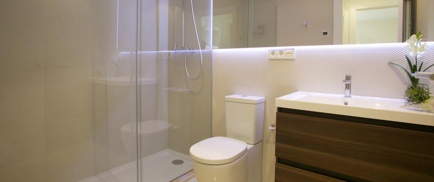 Lichte badkamer van appartement in La Vila Paradis, Villajoyosa