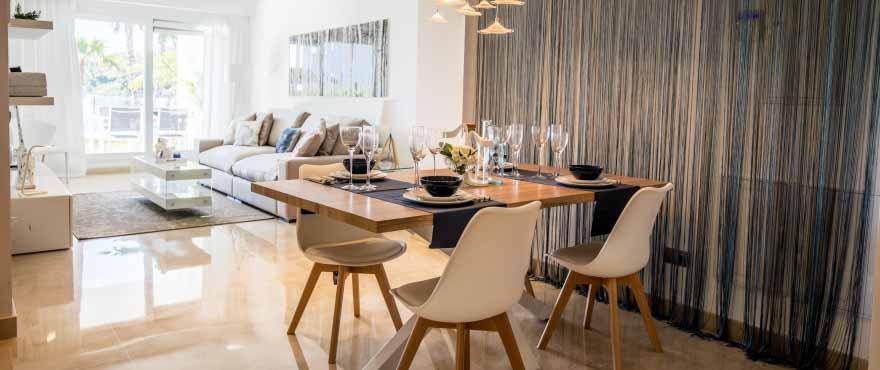 Salon de forma alargada con acceso a terraza en La Floresta Sur, Elviria