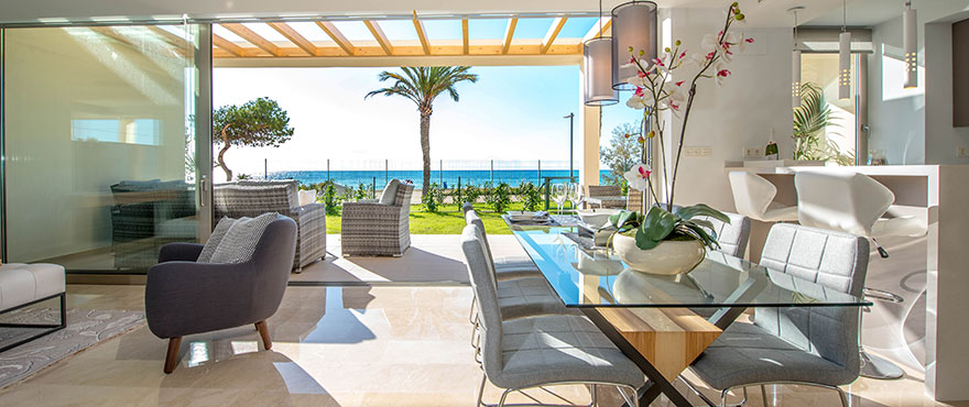 Stue med direkte tilgang til terrassen og panoramautsikt over middelhavet på Costa Blanca