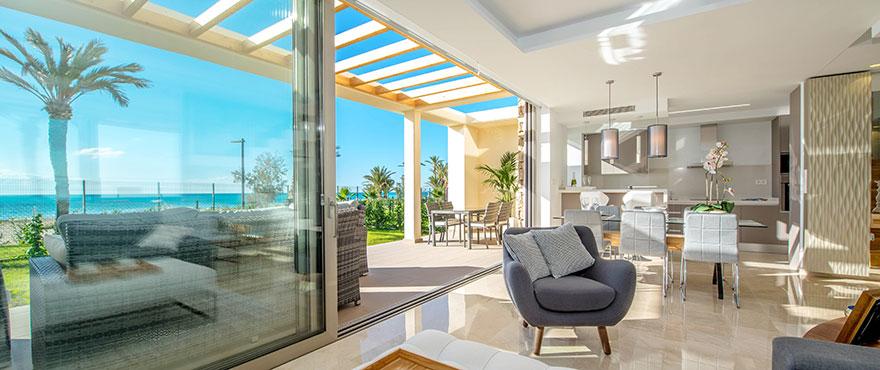 Vardagsrum med utgång till terrassen i radhus till salu i bostadsområdet La Vila Paradis