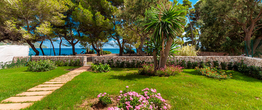 Beautiful gardens and direct access to the beach. Costa Beach, Mallorca