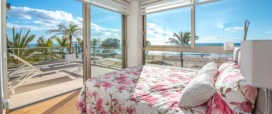 Open keuken met uitzicht op de woonkamer van koopappartement in La Vila Paradis