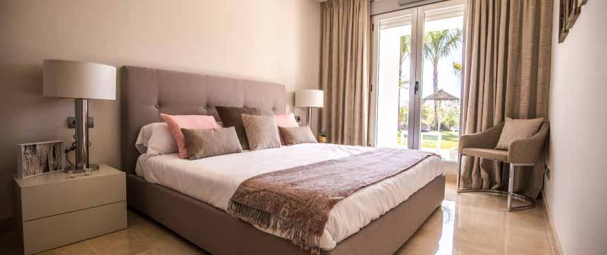 Dormitorio doble en apartamentos en venta en Elviria, Marbella