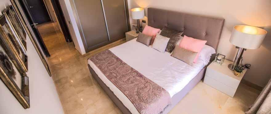 Sovrum med stora fönster och elegant design, nya lägenheter på Costa del Sol