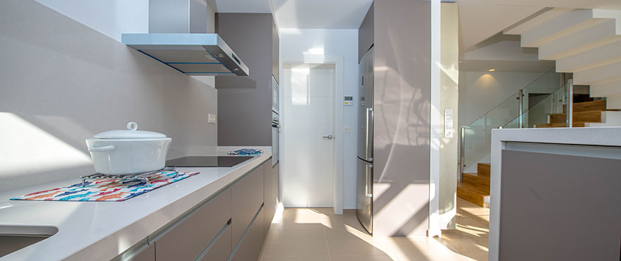 Öppet kök med utsikt mot vardagsrummet i lägenhet till salu i La Vila Paradis