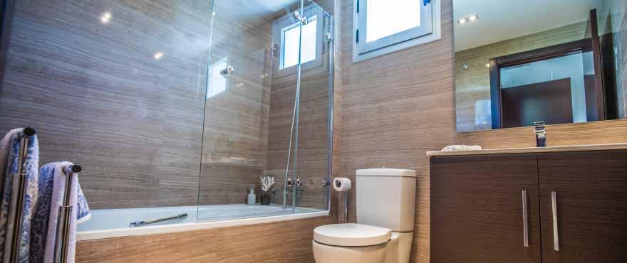 Badrum med kvalitetsfinish: garderob och spegel inkluderat