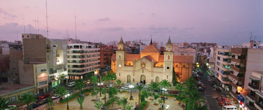 Plaza de la Iglesia vicino a Las Lagunas del Sol. Torrevieja. Costa Blanca