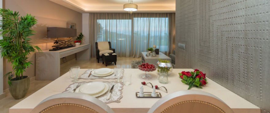Eet- en woonkamer met rechtstreekse toegang tot het terras, Miraval, Mijas