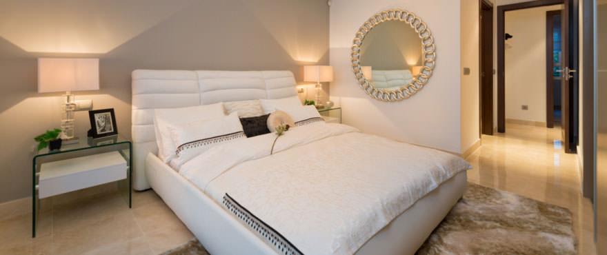 Lichte en luxueuze slaapkamer van appartement in Miraval, Mijas, Costa del Sol