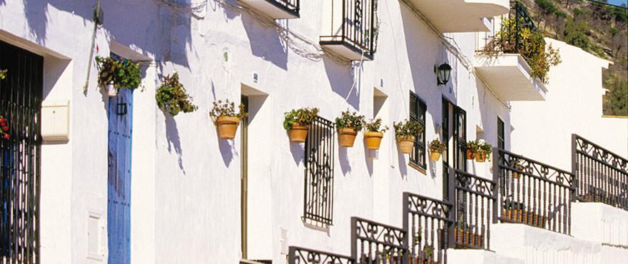 Medelhavsby med vita vackra hus och charmiga smala gator