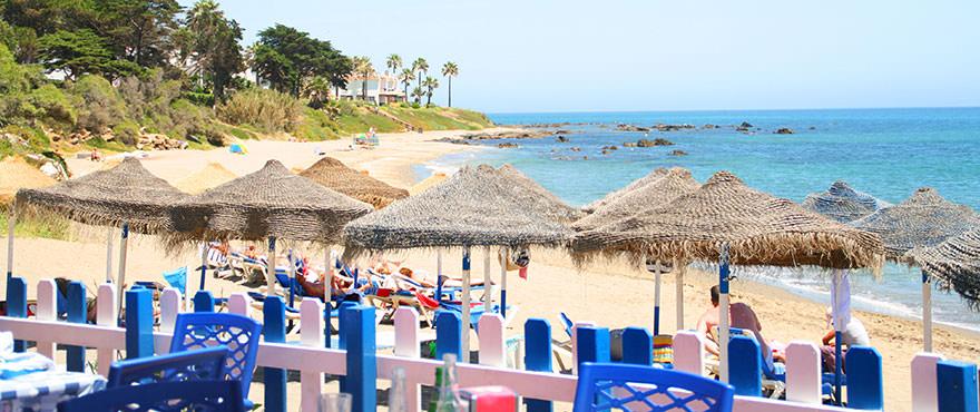 Chiringuito на пляже на набережной Михас