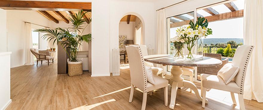 Для обеспечения максимальной освещенности апартаменты ориентированы на юго-запад и имеют несколько террас, что позволяет наслаждаться солнцем большую часть дня.