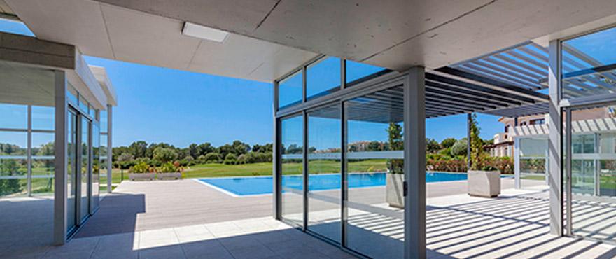 Tot de gemeenschappelijke ruimte behoort een gemeenschappelijk zwembad voor exclusief gebruik door de eigenaars. Het zwembad is omgeven door een zonneweide met uitzicht op de golfbaan en een grote, gemeenschappelijke tuin.
