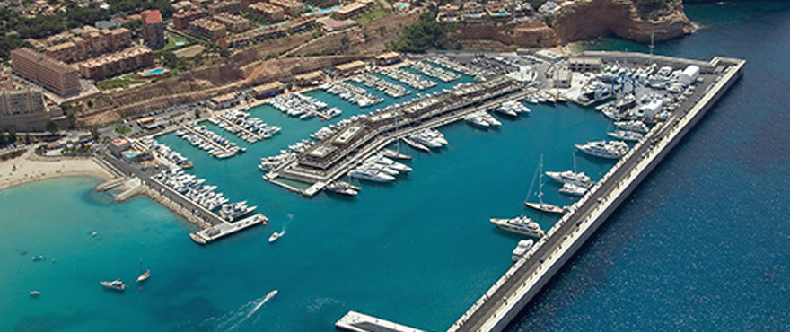 De exclusieve jachthaven Puerto Adriano is ontworpen door Philippe Starck, ligt op slechts 1,5 km, en herbergt een uitgebreid aanbod van elegante bars en restaurants en enkele zeer exclusieve designwinkels.