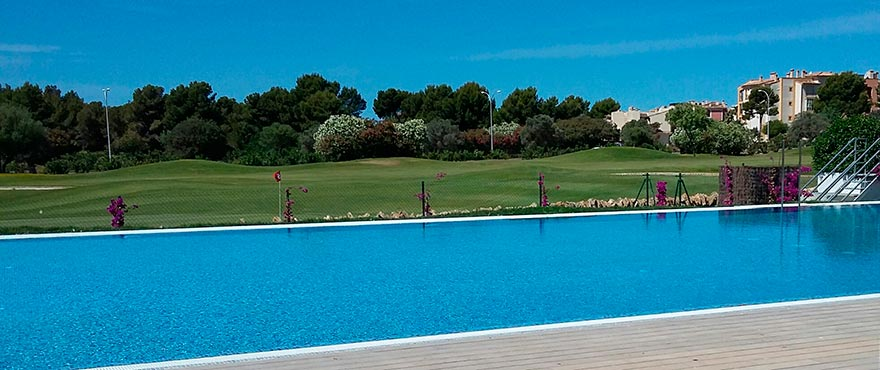 Townhouses and villas with communal pool, Marina Golf