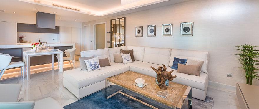 Большая и просторная гостиная с прямым выходом на террасу. Продаются апартаменты в Джейд-Бич, Марбелья.