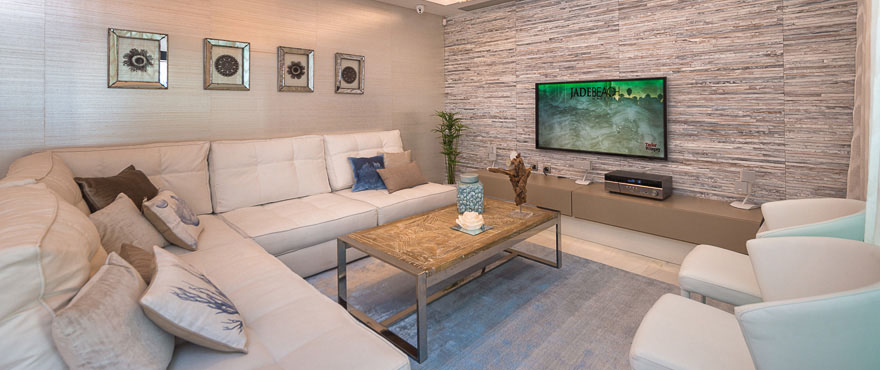Salon spacieux de style contemporain. Appartements en vente à Jade Beach, Marbella
