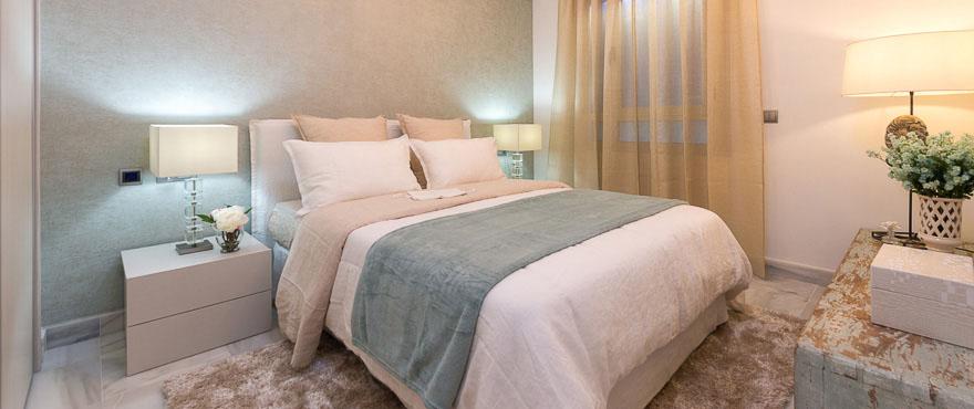 Роскошная спальня в апартаментах, продаваемых в Джейд-Бич, Марбелья.