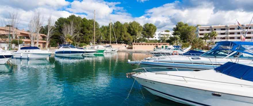 Idyllischer Hafen in der Nähe der Wohnanlage Marina Golf