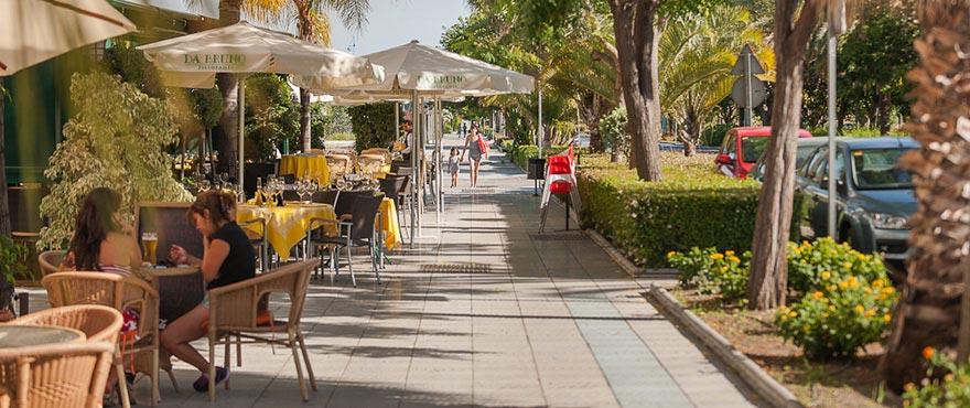 Promenade, grossartige Restaurants entlang der Strandpromenade von Marbella
