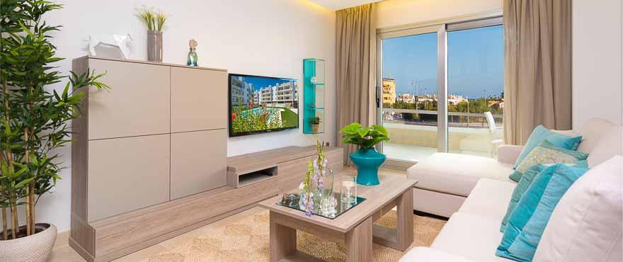 Lichtdurchfluteter Wohnbereich einer Wohnung im Komplex Acqua, Marbella, Costa del Sol