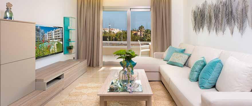 Lichtdurchflutetes Wohnzimmer in den Apartments der Wohnanlage Acqua, Marbella