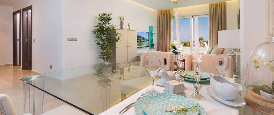 Offene Küche einer Wohnung der Anlage Acqua an der Costa del Sol, erbaut von Taylor Wimpey Spanien
