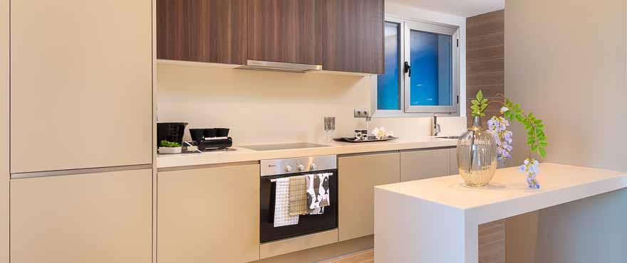 Открытая кухня современного типа с высококачественной отделкой