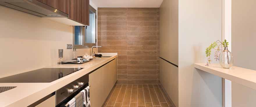 Moderne, praktisch ausgestattete Küche einer Wohnung im Komplex Acqua, Marbella, Costa del Sol