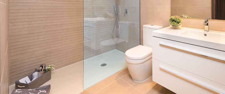 Modernes, vollständig ausgestattetes Badezimmer im Wohnkomplex Acqua
