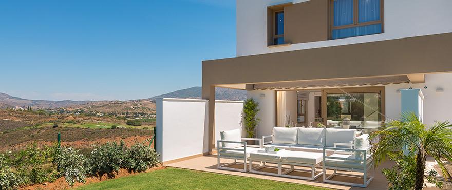 Amplia terraza soleada en los adosados de Horizon Golf