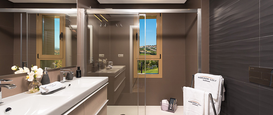 Bathroom / shower with a view at Horizon Golf