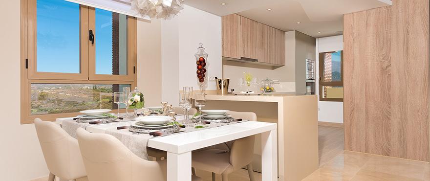 Cocina moderna y abierta en los nuevos adosados de Horizon Golf