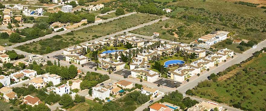 Вид с воздуха на город Колония-де-Сан-Пере, муниципалитет Арта, Мальорка