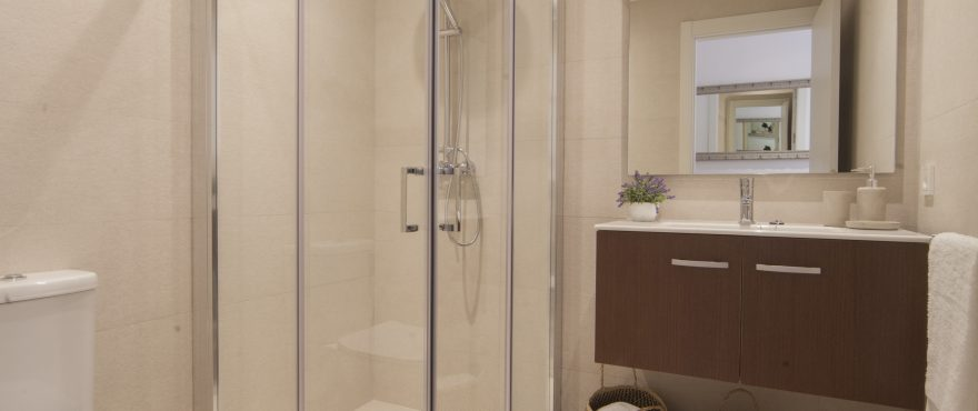 Baño con ducha en la nueva promoción de apartamentos en venta, Bahía Sant Pere