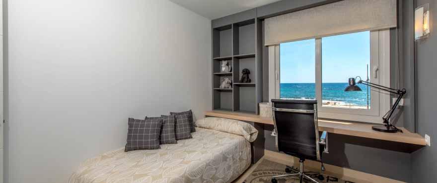 Ljust sovrum med sjöutsikt på Panorama Mar