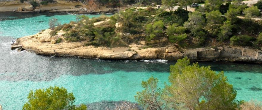 Cala Vinyes, mediterraner Strand auf Mallorca (Spanien)